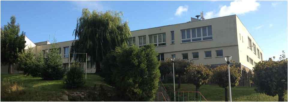 Zdjęcie szkoły z przodu